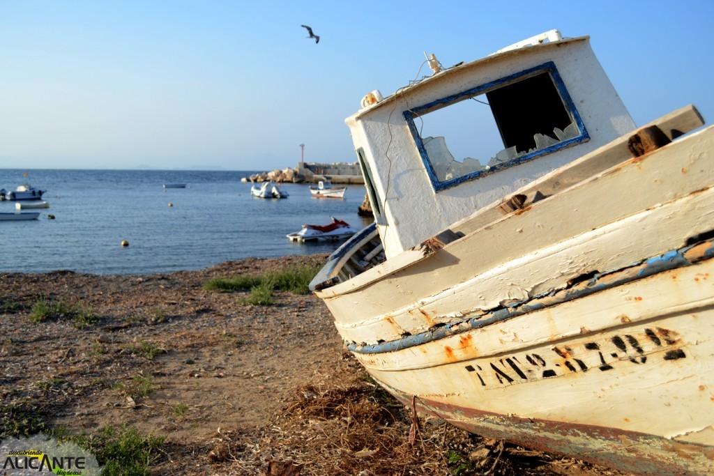 barca-antigua-en-el-puerto-de-tabarca-alicante