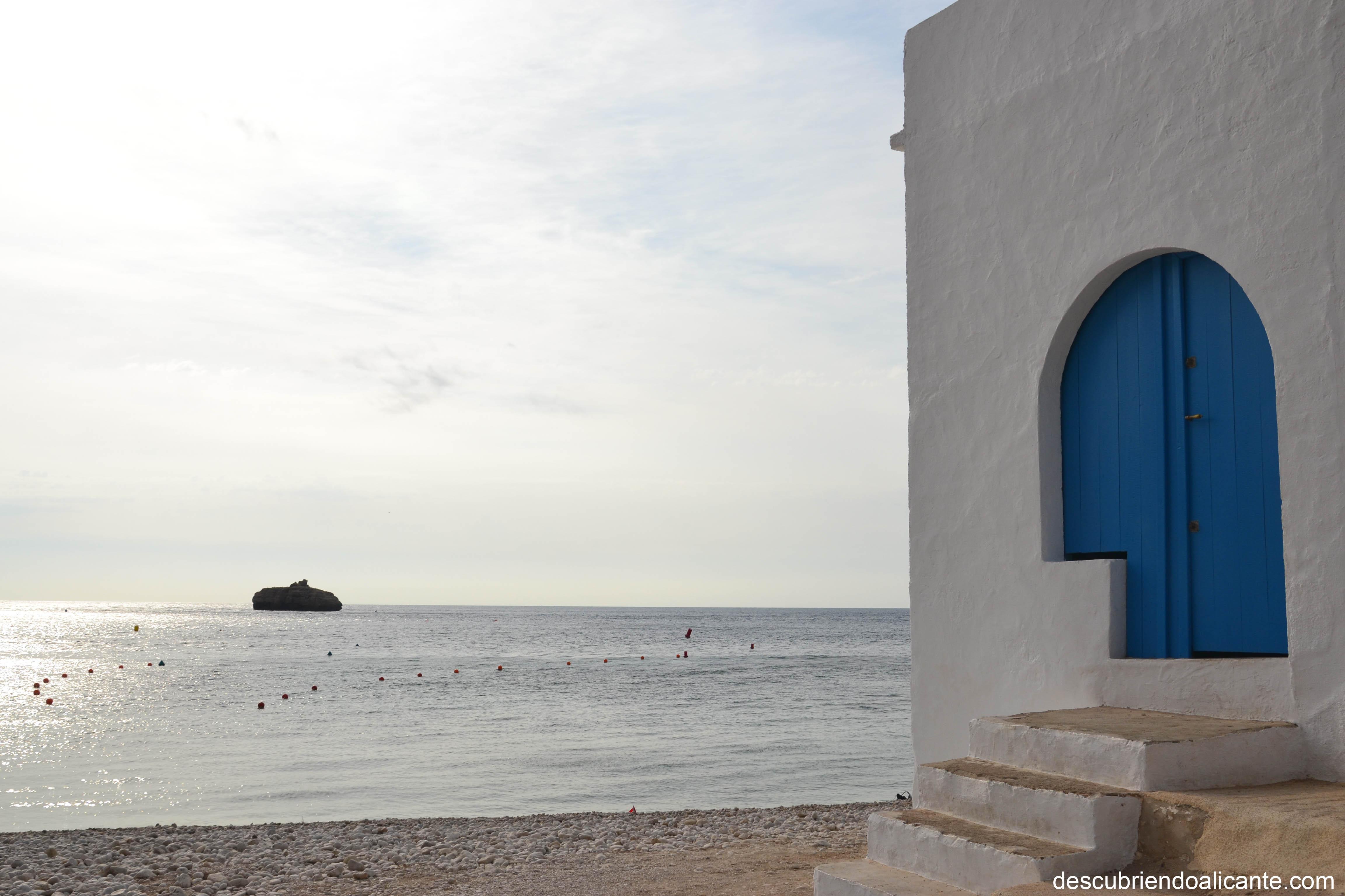 cala-barraca-casas-blancas-puertas-azules